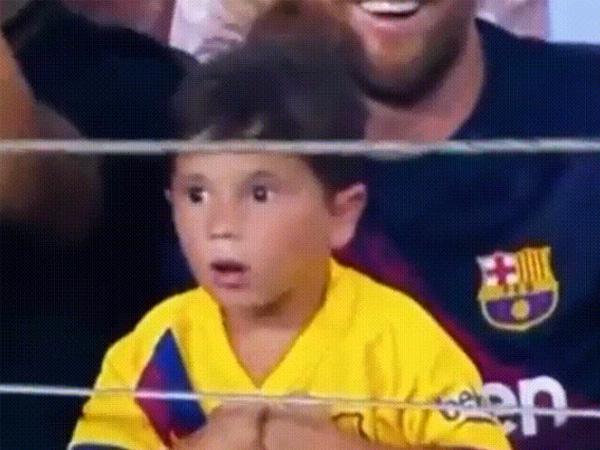 梅西带着儿子们去看球,老二马特奥一脸茫然的表情意外走红