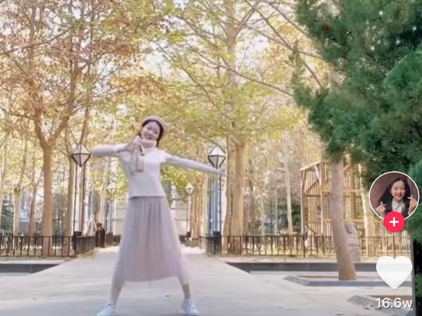 抖音火红的萨日朗舞蹈