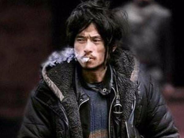 犀利哥吸烟图片