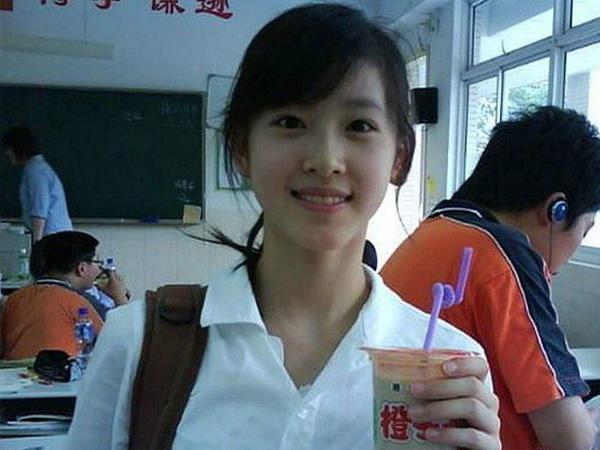 奶茶妹妹手捧奶茶图片,走红照片只是一张手捧奶茶照